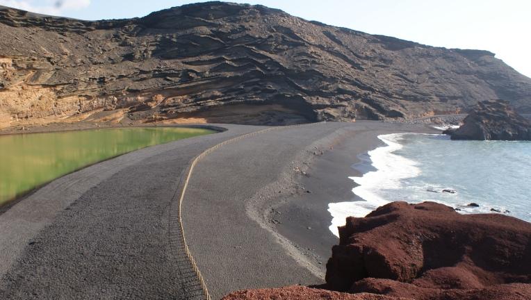 Laguna verde et sable noir