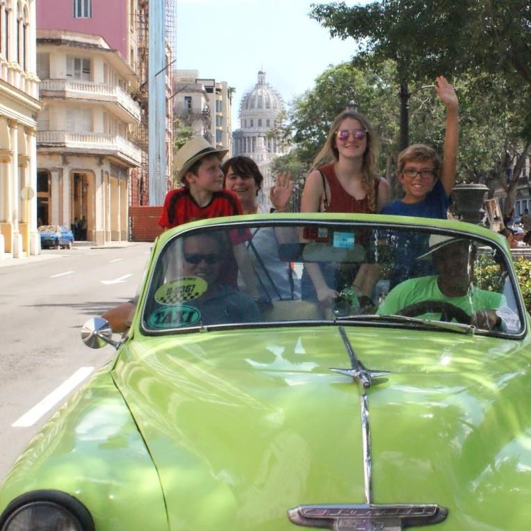non, vous êtes bien à Cuba, le Capitole derrière est une copie de celui de Washington !